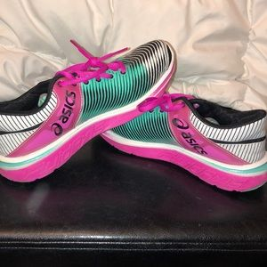LIKE NEW ATHLETIC SHOES SIZE 5.5